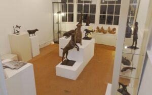 Exhibition room after first positioning of the sculptures